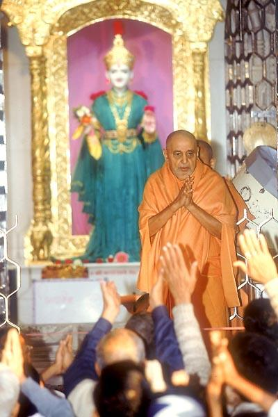Swamishri humbly responds to the welcome accorded by devotees