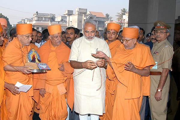 Chief Minister of Gujarat, Shri Narendra Modi, inaugurates the BAPS Pramukh Swami Hospital