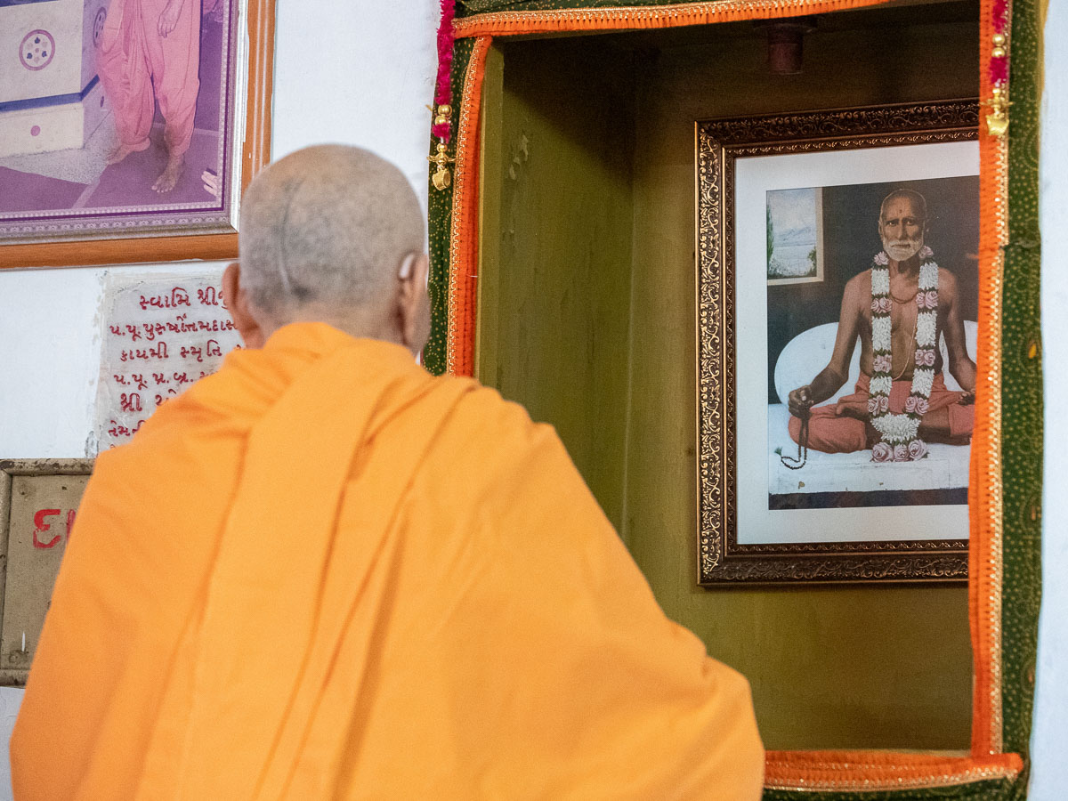 Swamishri doing dashan at the shrine of Purushottamdas Swami (Khandeshi)