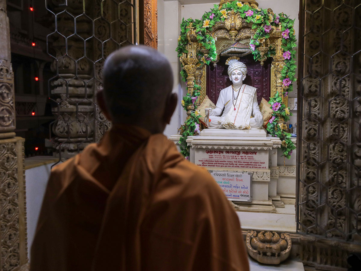 Swamishri engrossed in darshan of Shri Bhagatji Maharaj