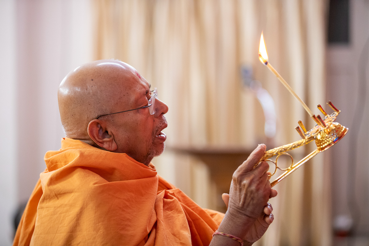 Pujya Tyagvallabh Swami performs the evening arti