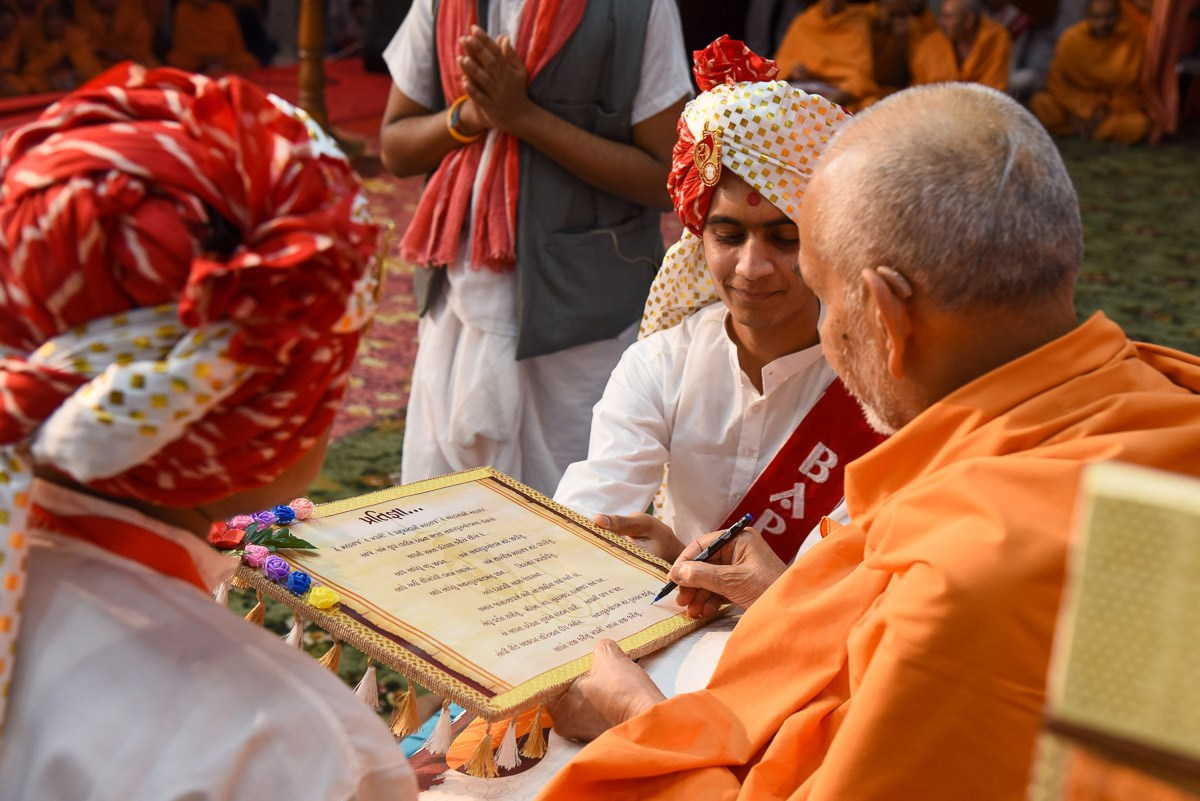 Swamishri blesses a resolution taken by the youths