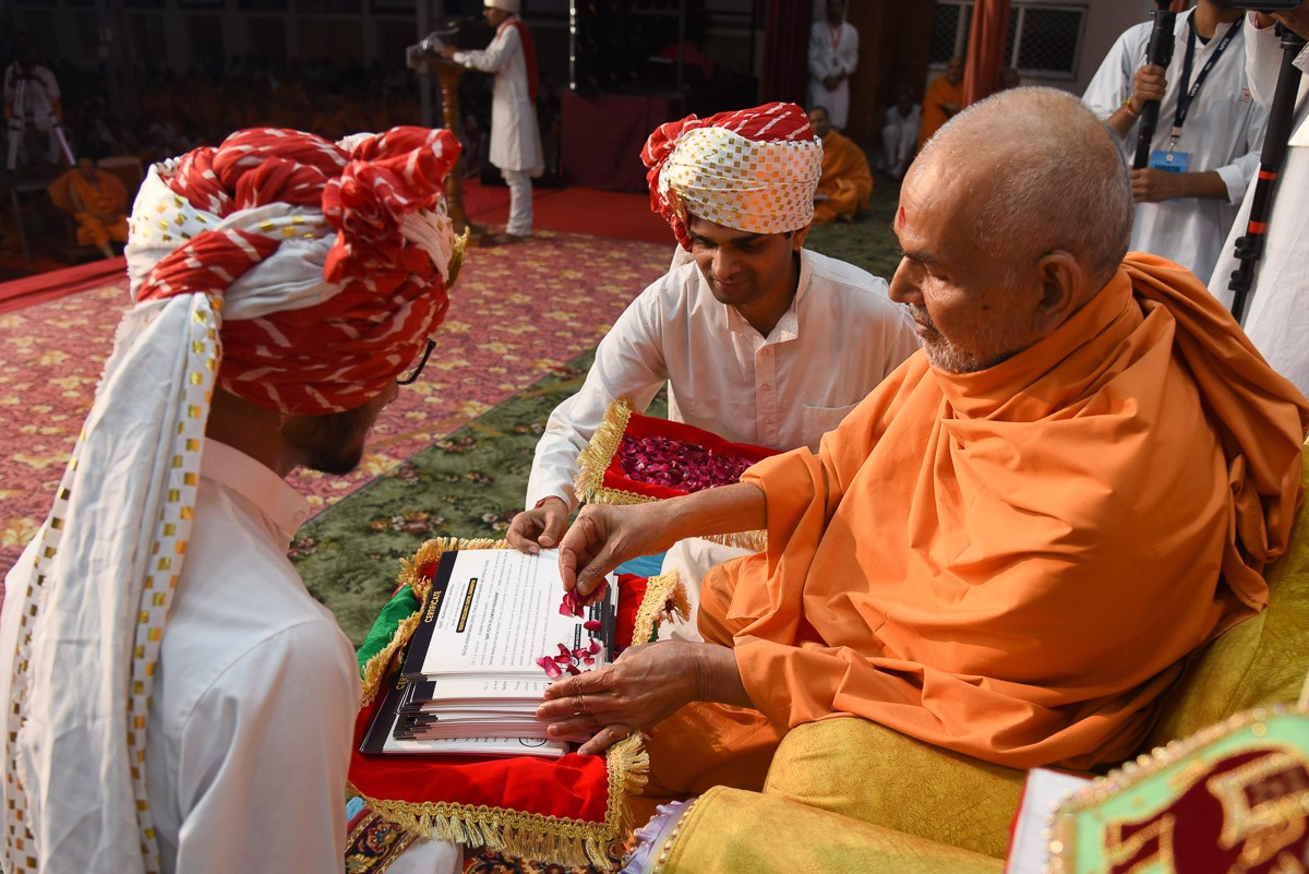 Swamishri sanctifies graduation certificates for YTK youths