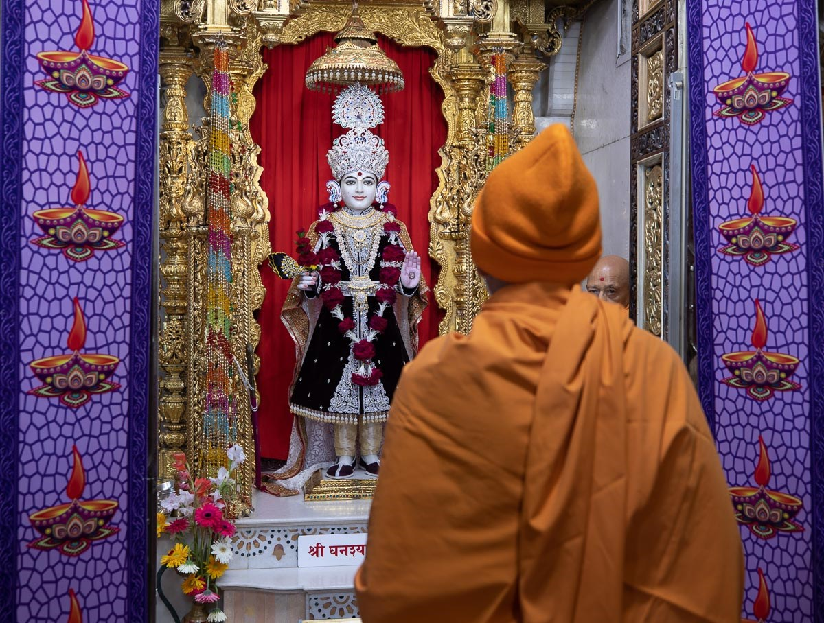Swamishri engrossed in darshan of Shri Ghanshyam Maharaj