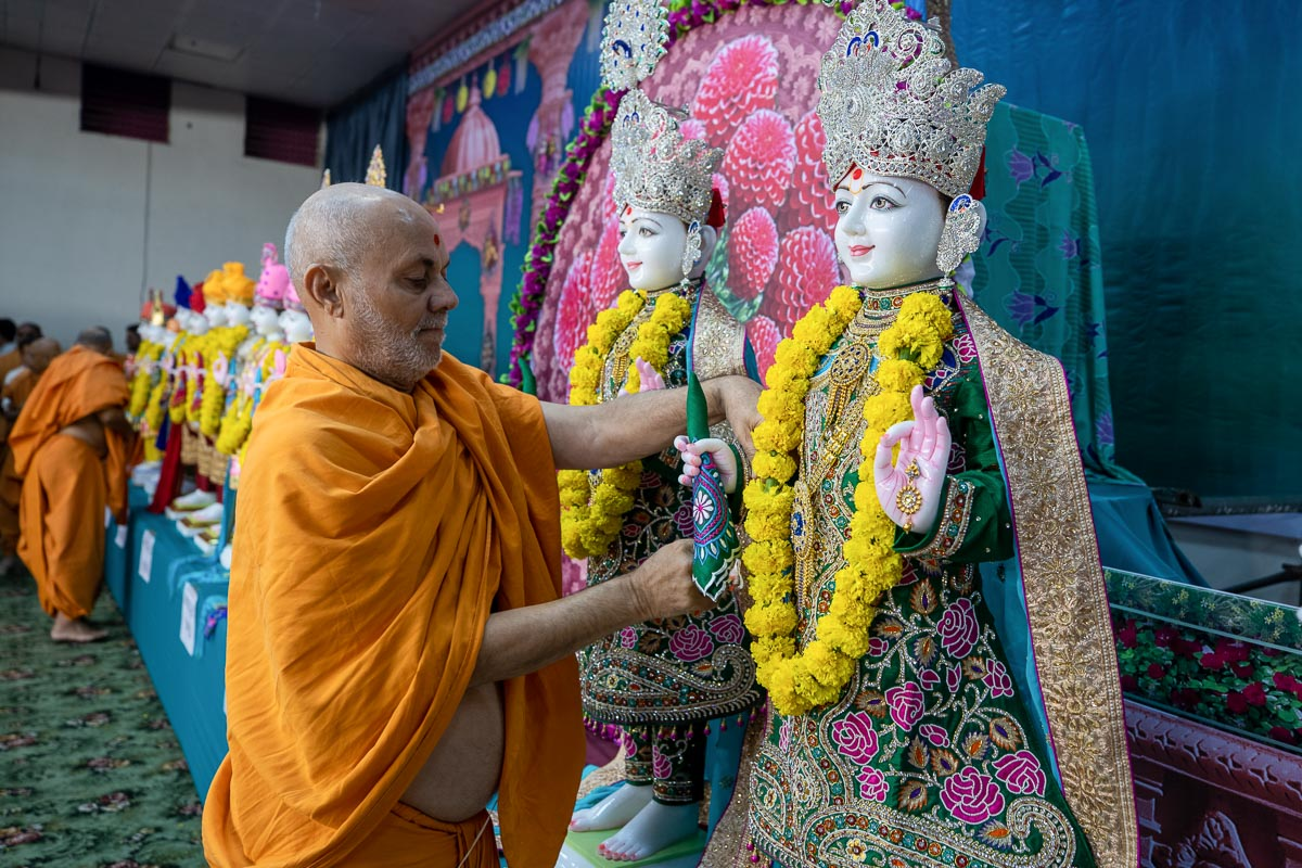 Pujya Viveksagar Swami ties nadachhadis to the murtis