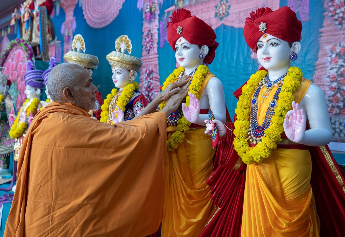 Swamishri performs the pratishtha rituals