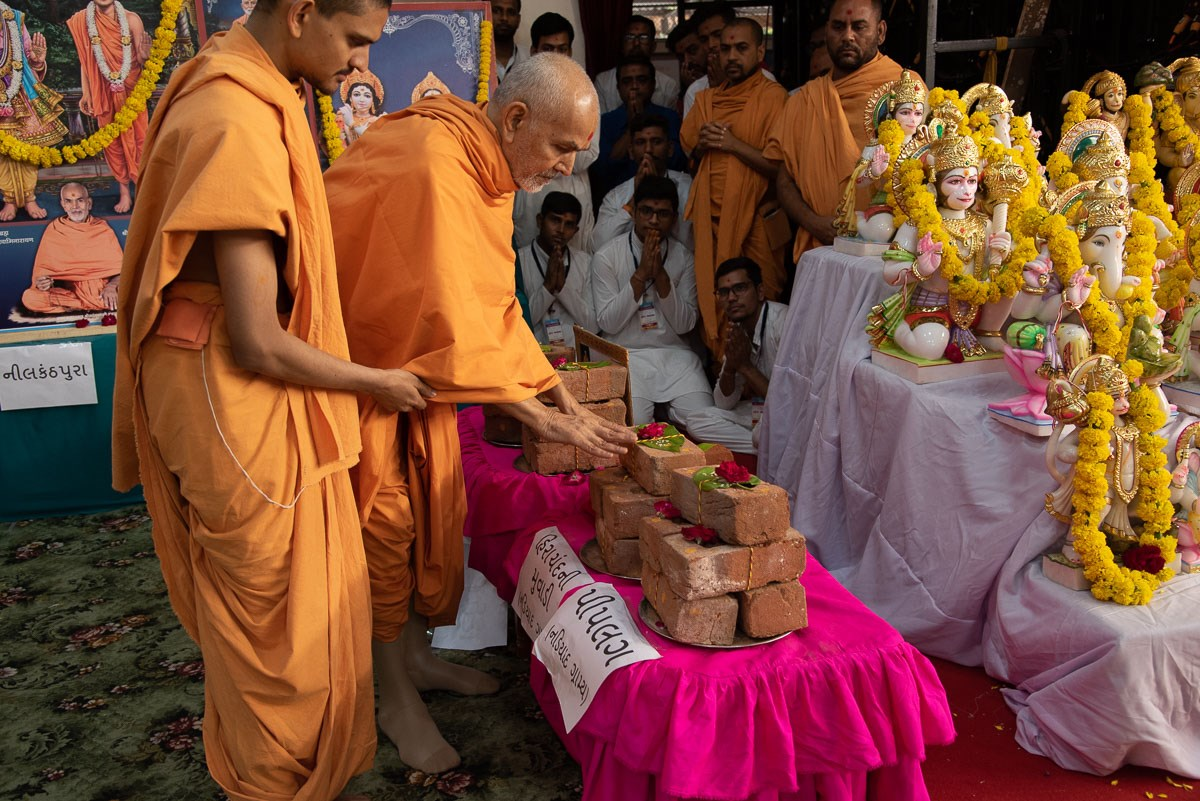 Swamishri sanctifies bricks for new BAPS  Mandirs at Hirachandani Muvadi and Piplag