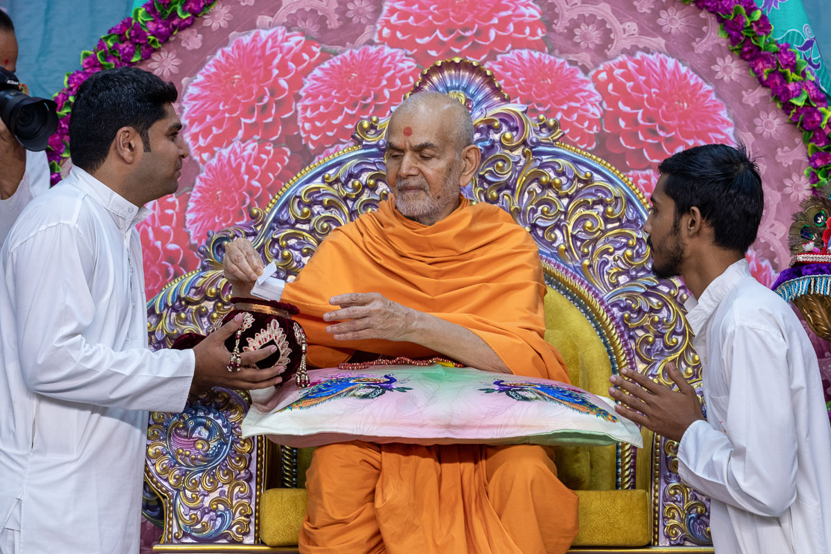 Swamishri sanctifies prayers written by youths