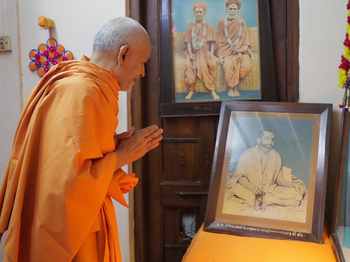 Param Pujya Mahant Swami Maharaj doing darshan in the room of gurus Brahmaswarup Shastriji Maharaj, Brahmaswarup Yogiji Maharaj and Brahmaswarup Pramukh Swami Maharaj