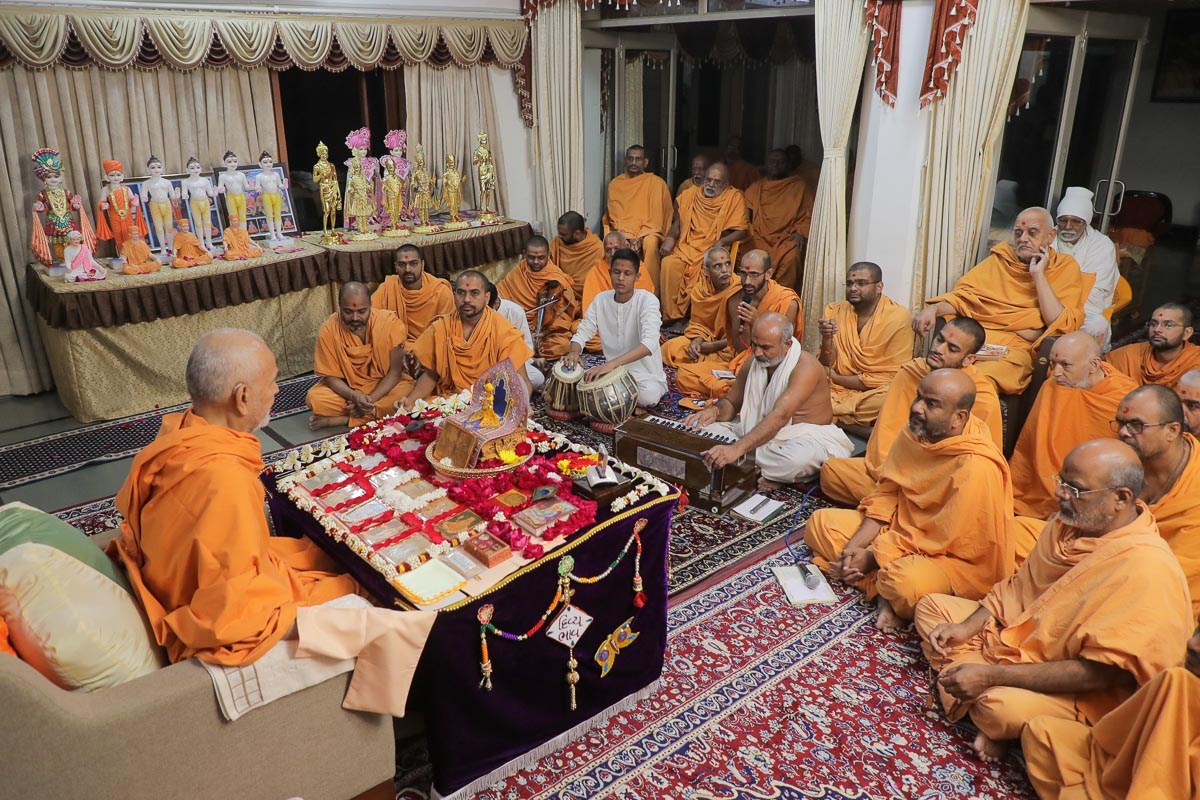 Sadhus doing Swamishri's puja darshan