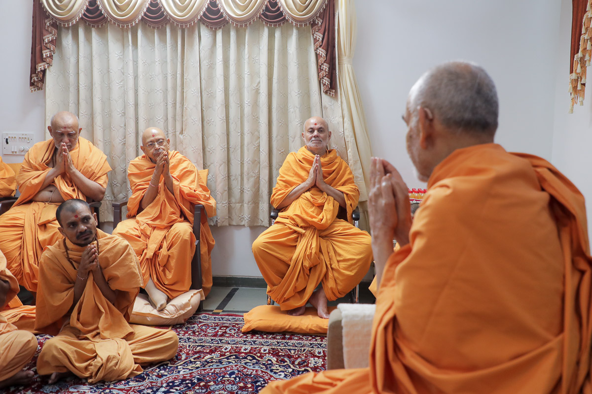 Pujya Tyagvallabh Swami, Pujya Viveksagar Swami and sadhus doing darshan of Swamishri