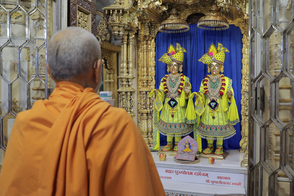 Swamishri engrossed in darshan of Bhagwan Swaminarayan and Aksharbrahman Gunatitanand Swami before departing from Bochasan in the afternoon