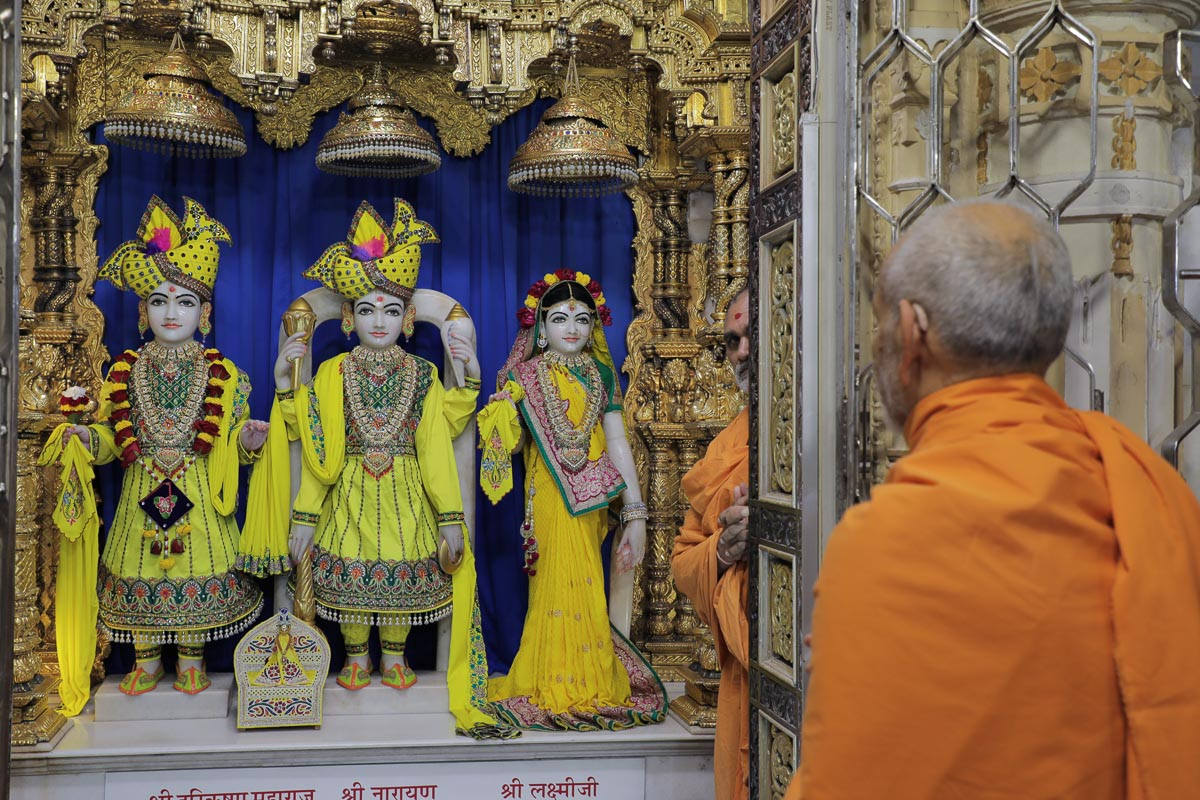 Swamishri engrossed in darshan of Shri Harikrishna Maharaj and Shri Lakshmi-Narayan Dev