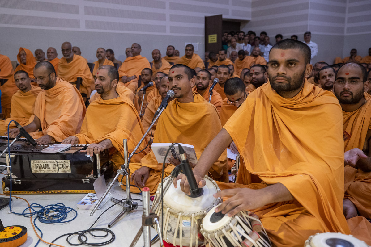 Sadhus sings kirtans in Swamishri's daily puja