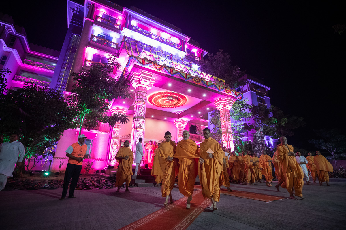 Swamishri in the mandir grounds