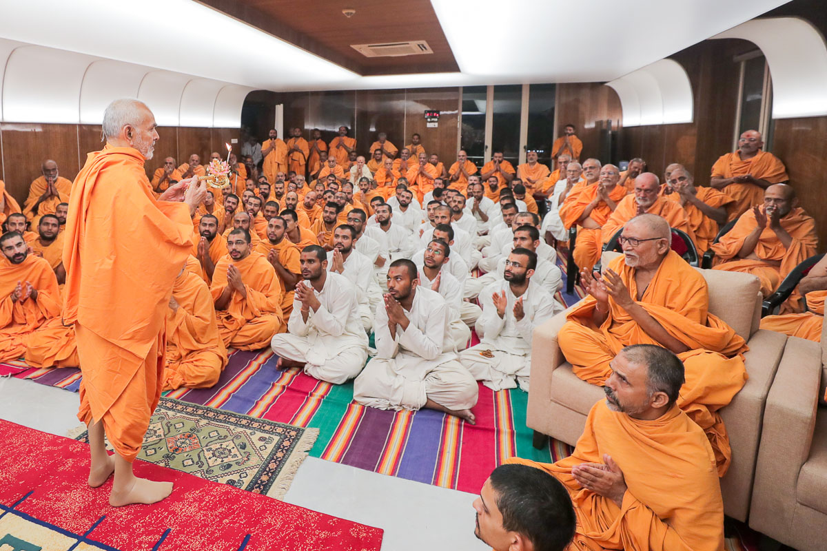 Pujya Kothari Swami, sadhus and sadhaks doing darshan of the evening arti