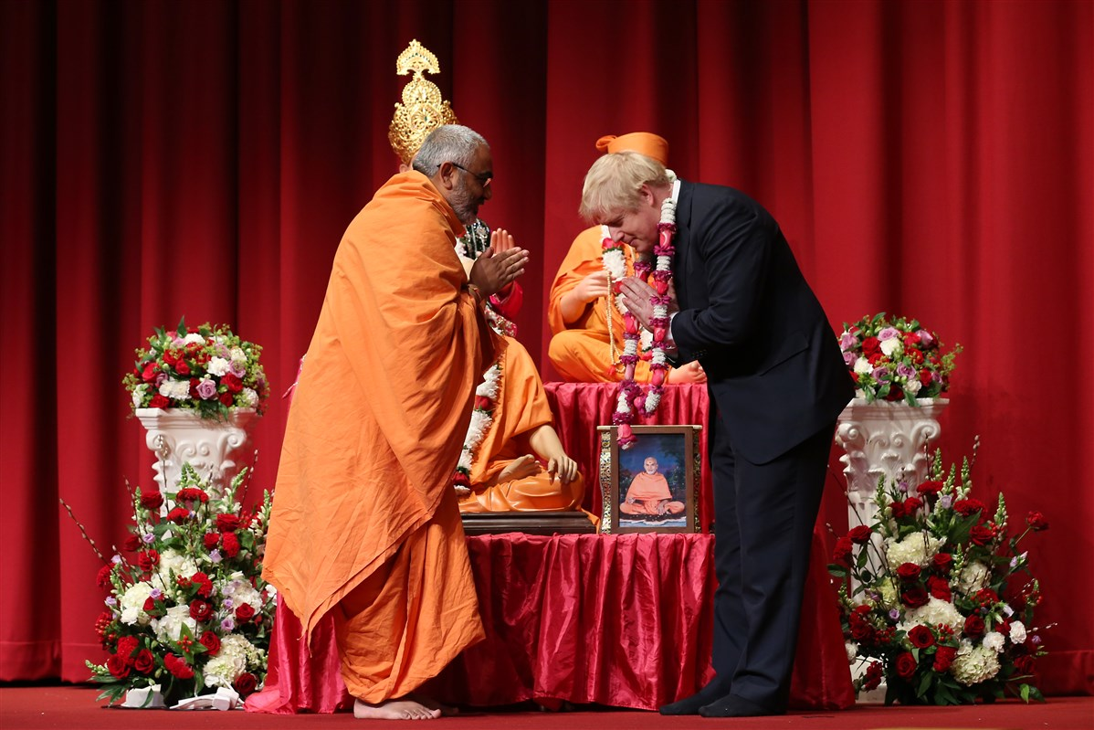 Yogvivekdas Swami welcomed Right Honorable Boris Johnson to the assembly with a flower garland
