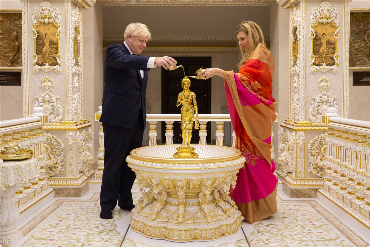 Mr Johnson and Ms Symonds performed an abhishek of Shri Nilkanth Varni