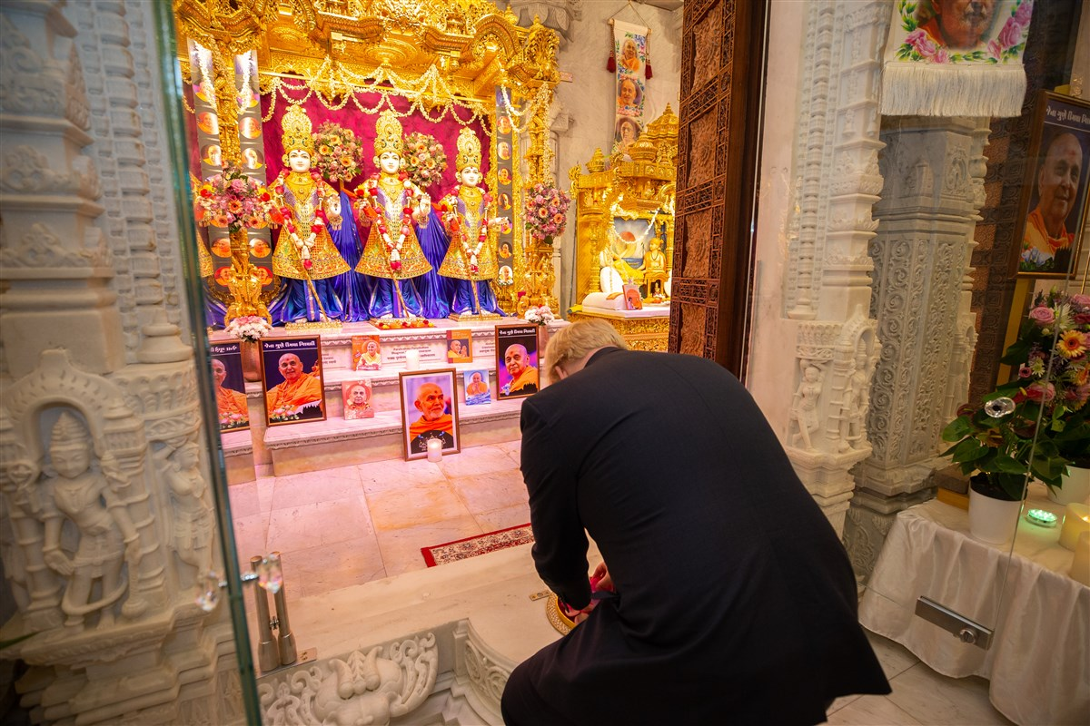 Prime Minister Johnson offered flower petals at the central shrine, in honour of Bhagwan Swaminarayan, Gunatitanand Swami and Gopalanand Swami