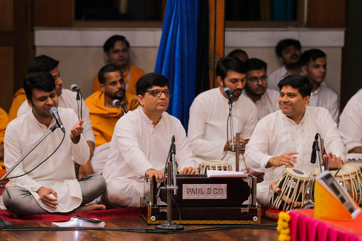 Youths sing kirtans in Swamishri's daily puja