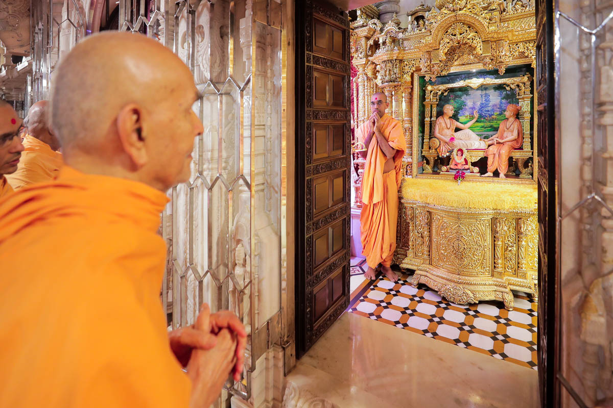 Swamishri engrossed in darshan of Shri Sukhshaiya