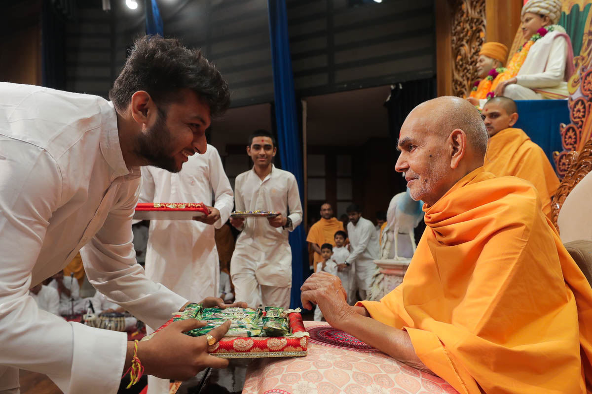 Swamishri sanctifies prasad for children