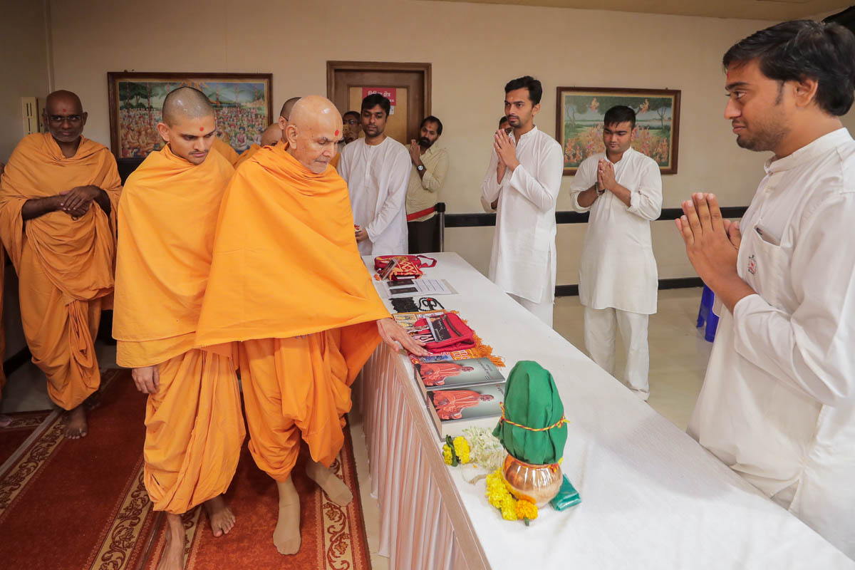 Swamishri sanctifies bookstall items