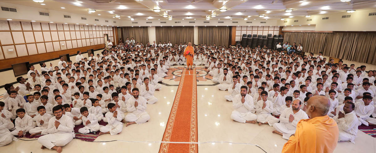 Group photo of volunteers with Swamishri