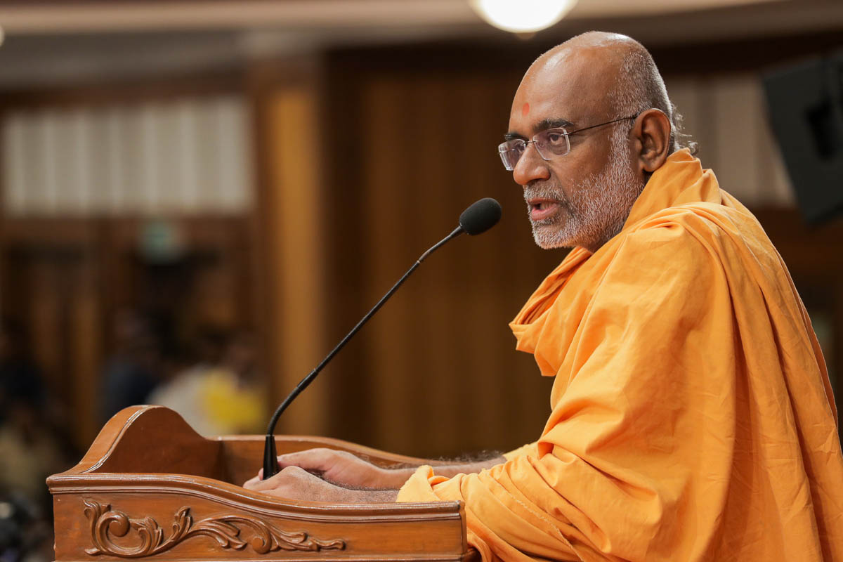 Abhayswarup Swami addresses the assembly