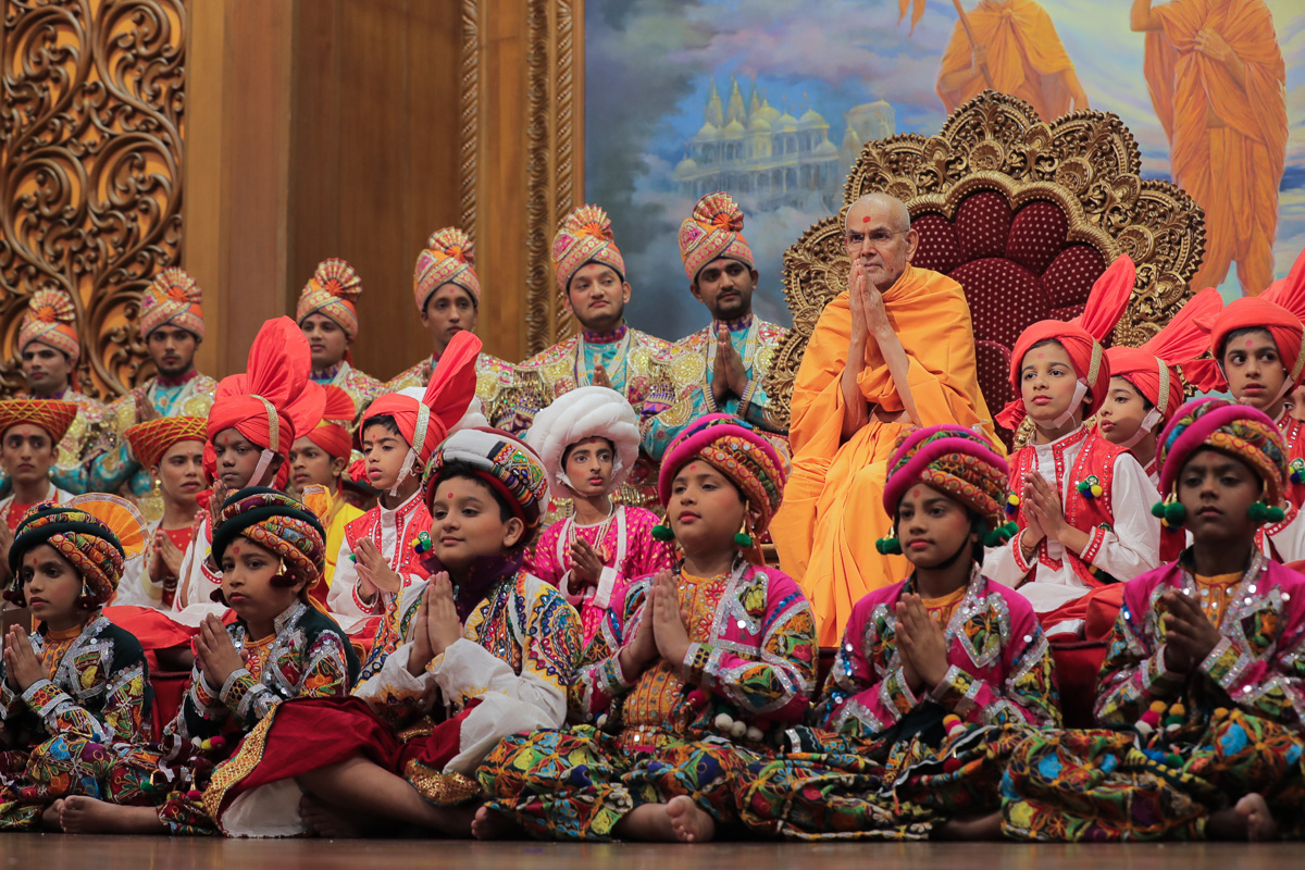 Youths and children with Swamishri