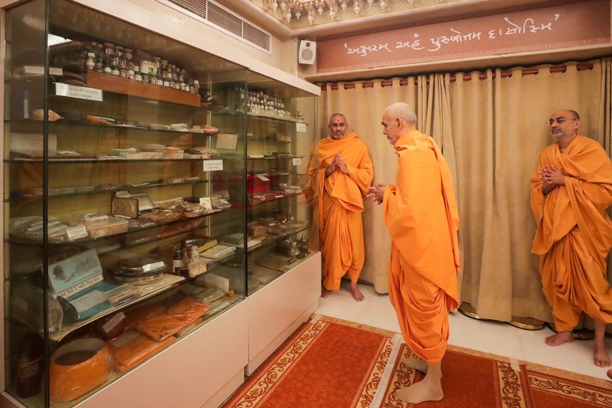 Swamishri engrossed in darshan of holy relics