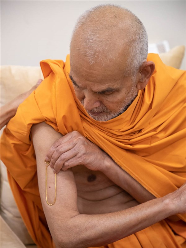 Param Pujya Mahant Swami Maharaj applies tilak on his upper arm