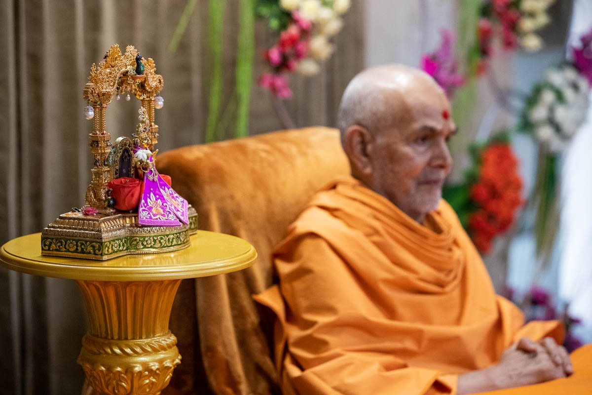 Shri Harikrishna Maharaj and Swamishri during the solar eclipse assembly
