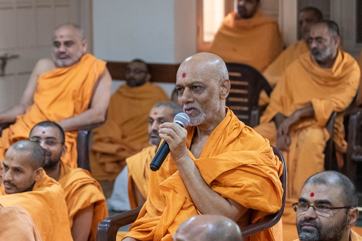 Nirannamukta Swami presents in the assembly