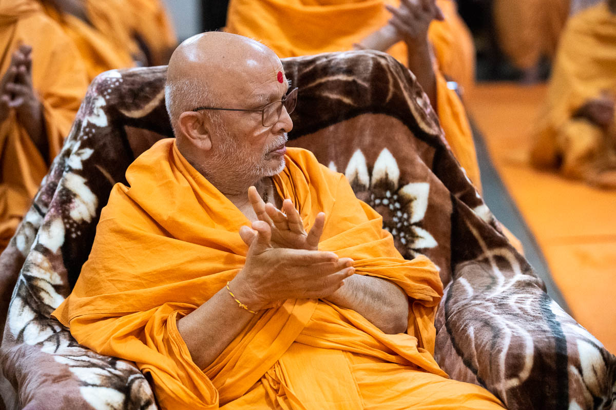 Pujya Ghanshyamcharan Swami during the assembly