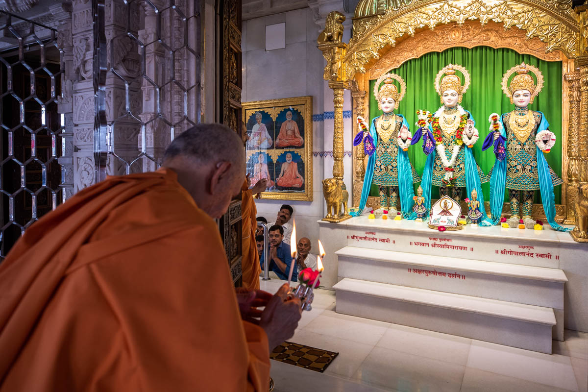 Swamishri performs the rajbhog arti