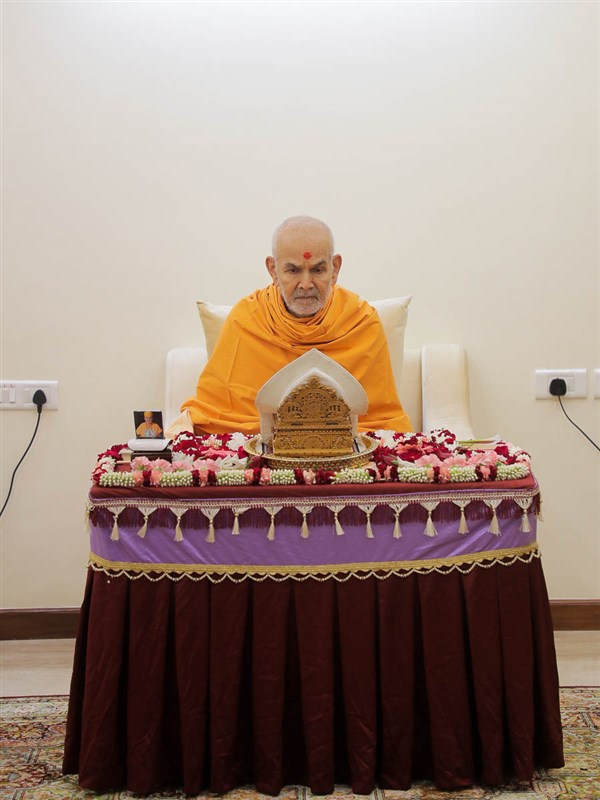 Swamishri performs puja after the solar eclipse