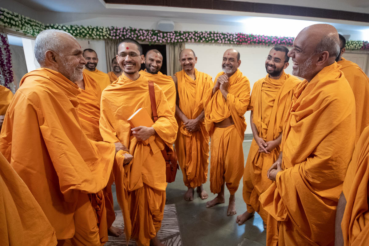 Swamishri shares a light moment with sadhus