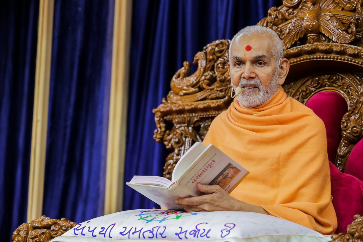 Swamishri delivers a discourse on the Vachanamrut