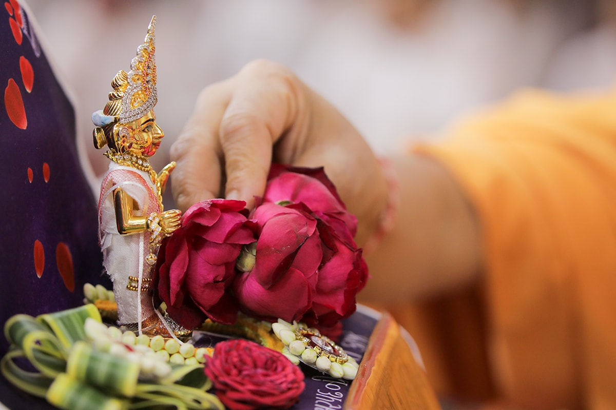 Flower offered to Shri Harikrishna Maharaj