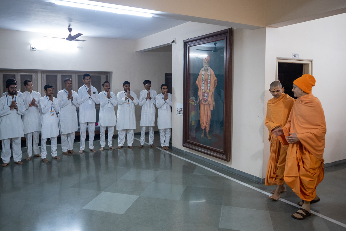 Youths doing darshan of Param Pujya Mahant Swami Maharaj