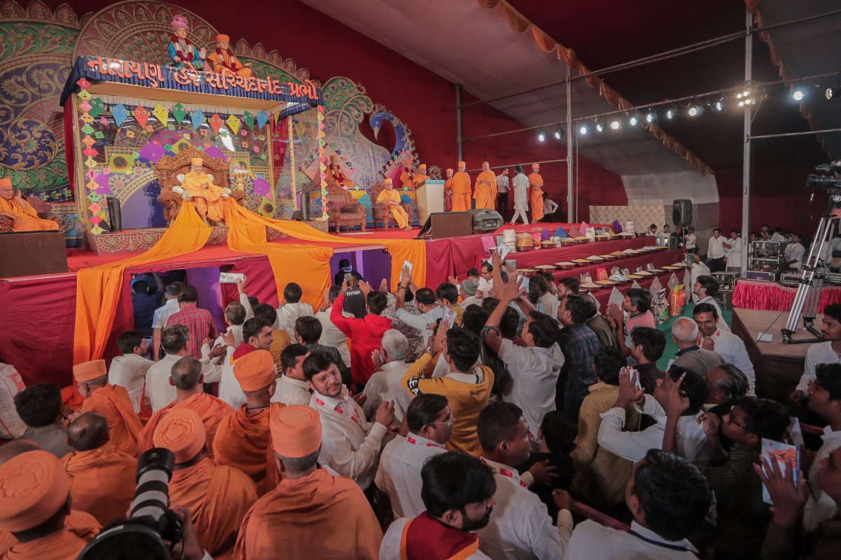 Devotees offering their jholi seva