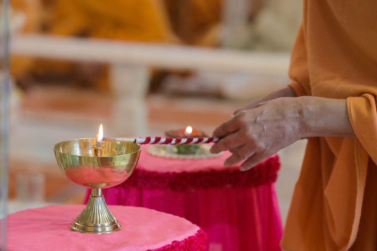 Swamishri lights a divo to commemorate Pramukh Swami Maharaj's centenary celebrations