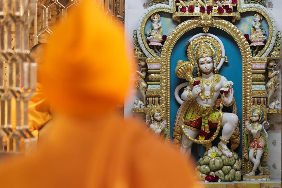 Swamishri engrossed in darshan of Shri Hanumanji