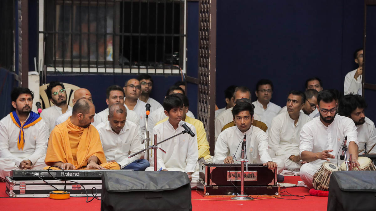 Children sing kirtans in Swamishri's daily puja