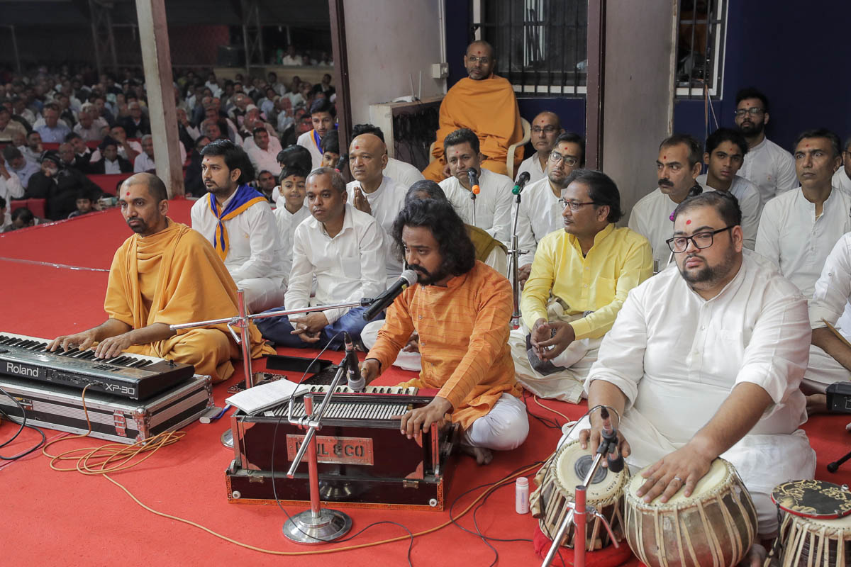 Youths sings kirtans in Swamishri's daily puja