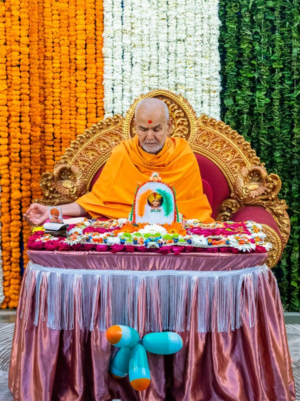 Swamishri meditates in his daily puja