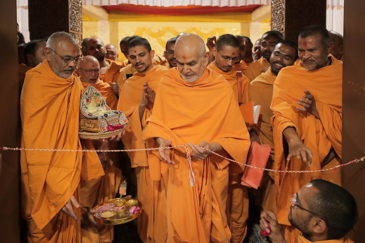 Swamishri inaugurates the new sant ashram