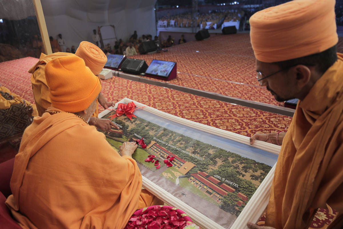 Swamishri sanctifies the plans for the development of Gyan Seva Vidya Sankul run by BAPS
