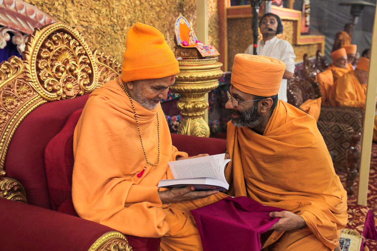 Swamishri inaugurates an English print publication 'Purushottam Bolya Prite'